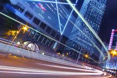 Bezig verkeer in stad bij nacht Stock Afbeelding