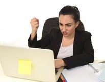 Bezige aantrekkelijke vrouw in pak het werken in overweldigde spannings wanhopig Stock Afbeeldingen