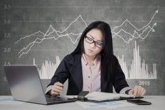 Bezige arbeider met financiële statistiekachtergrond Royalty-vrije Stock Afbeeldingen