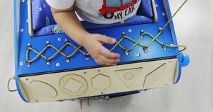 Bezige auto Een speciaal stuk speelgoed automodel met vele functies voor de ontwikkeling van fijne motorvaardigheden stock videobeelden