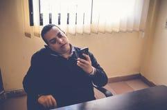 Bezige bedrijfsmens die op mobiel spreken Royalty-vrije Stock Fotografie
