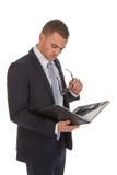 Bezige bedrijfsmens die sommige documenten leest Stock Fotografie
