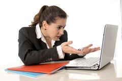 Bezige bedrijfsvrouw die aan haar laptop werken stock afbeeldingen