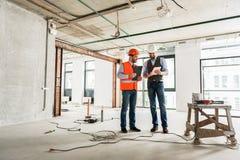 Bezige bouwers die besluiten betreffende vernieuwing nemen royalty-vrije stock afbeelding