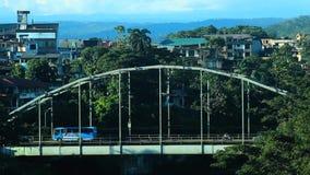 Bezige brug met verkeer, auto's, taxis en bussen die over de metaalbrug drijven stock videobeelden