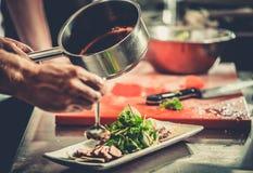 Bezige chef-kok aan het werk in de restaurantkeuken Royalty-vrije Stock Afbeelding