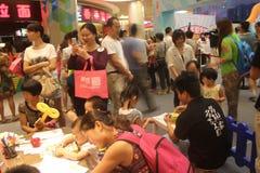 Bezige de ouder-kind activiteiten in Shenzhen Tai Koo Shing Shopping Center stock fotografie