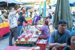 Bezige drukke lokale markten in kleine stad in Chiang Mai Province Royalty-vrije Stock Foto