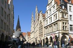 Bezige het winkelen straat, de kerk van Lambertus, MÃ ¼ nster Royalty-vrije Stock Fotografie