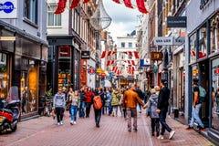 Bezige Kalverstraat, een beroemde het winkelen straat in het centrum van de oude stad van Amsterdam Stock Afbeelding