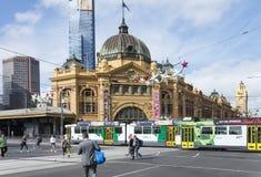 Bezige Kruising bij Flinders-Straatpost Stock Foto's