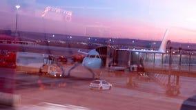 Bezige luchthaven bij zonsopgang stock videobeelden