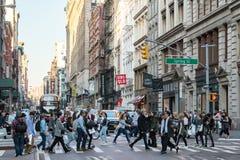 Bezige menigten van mensen die de Stadsstraat kruisen van New York stock foto's