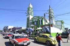 Bezige Mexicaanse straat en kerk royalty-vrije stock fotografie