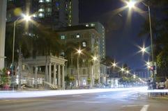 Bezige nacht in Waikiki Stock Afbeeldingen