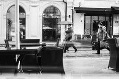 Bezige straat in de de herfstregen in de ochtend royalty-vrije stock afbeelding