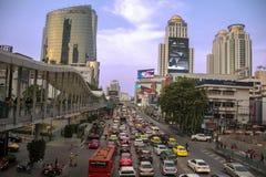 Bezige straat dichtbij Platinawinkelcomplex in Bangkok royalty-vrije stock foto's