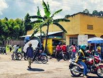 Bezige straten van Afrikaanse stad royalty-vrije stock afbeeldingen