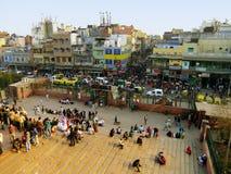 Bezige straten van Oud Delhi, mening van Jama Masjid royalty-vrije stock fotografie