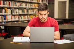 Bezige student die laptop met behulp van royalty-vrije stock afbeelding