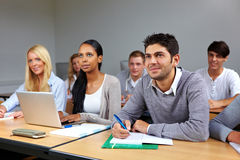 Bezige studenten in klasse stock afbeelding