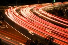 Bezige verkeerslichtstroken bij nacht Stock Foto