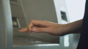 Bezige vrouw die creditcard opnemen in ATM om haar saldo, gemakkelijk bankwezen te controleren stock videobeelden