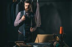 Bezige werkdag Bedrijfskledingscode handmade kostuumopslag en maniertoonzaal het naaien mechanisatie Retro en modern royalty-vrije stock afbeelding