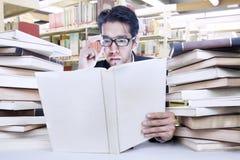 Bezige zakenman bij bibliotheek Royalty-vrije Stock Afbeelding