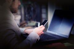 Bezige zakenman die telefoon en laptop met behulp van stock afbeelding