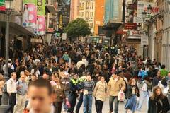Bezigste commerciële straat in Madrid stock fotografie