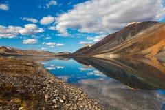 Bezinning in bergmeer, Chukotka, Rusland Royalty-vrije Stock Foto