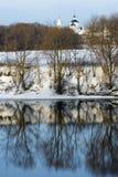 Bezinning in de winterrivier stock fotografie
