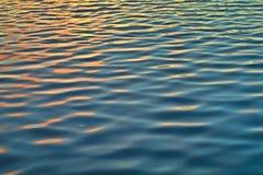Bezinning en de rimpeling op het water royalty-vrije stock fotografie