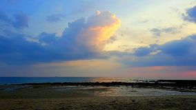 Bezinning en kleurrijke wolken in zonsondergang stock fotografie