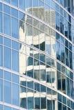Bezinning in glazen van een gebouw Royalty-vrije Stock Fotografie