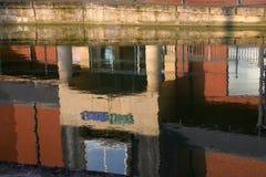 Bezinning in het water van de de bouw` s voorgevel stock foto's