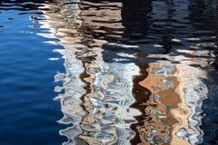 Bezinning in het water van gekleurde stroken royalty-vrije stock foto