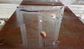 Bezinning in het watervenster met een wit kader stock foto
