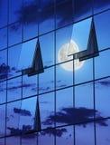 Bezinning in open vensters van wolkenkrabber bij nacht Stock Fotografie