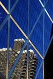 Bezinning over een glasgebouw Stock Foto's