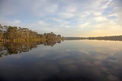 Bezinning over meer met zonsopgang royalty-vrije stock afbeelding