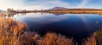 Bezinning van berg in blauw water Royalty-vrije Stock Foto's
