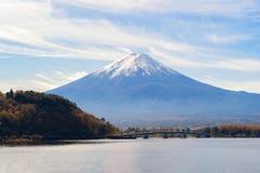 Bezinning van Berg Fuji met blauwe hemel bij middag dichtbij Fuji Vijf royalty-vrije stock afbeeldingen