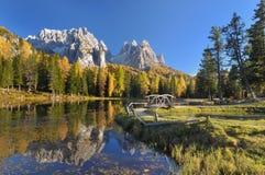Bezinning van bergen in een meer Royalty-vrije Stock Afbeeldingen