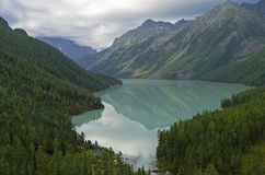Bezinning van bergen in het meer Het meer van Kucherla Altai Mounta Royalty-vrije Stock Fotografie