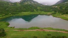 Bezinning van bergen in het meer Meermening vanaf de bovenkant stock footage