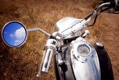 Bezinning van blauwe hemel in de rearview spiegel Stock Afbeeldingen
