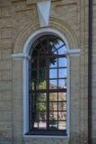 Bezinning van blauwe hemel, weg, bomen en huizen in een groot venster Stock Foto