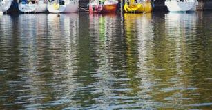 Bezinning van boten in groen rivierwater Stock Afbeeldingen